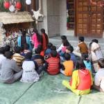 bambini hindu davanti al presepe